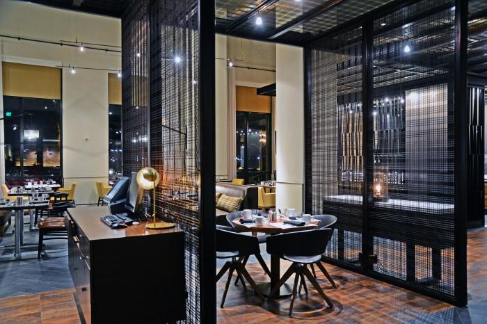 Kawat baja sebagai pembatas ruang di restoran dan lounge Marriot Waterfront karya San Rafael dan Armada Hoffler (sumber : bankerwise)