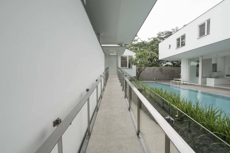 Railing pada selasar di luar IS House karya TonTon Studio (sumber : arsitag.com)