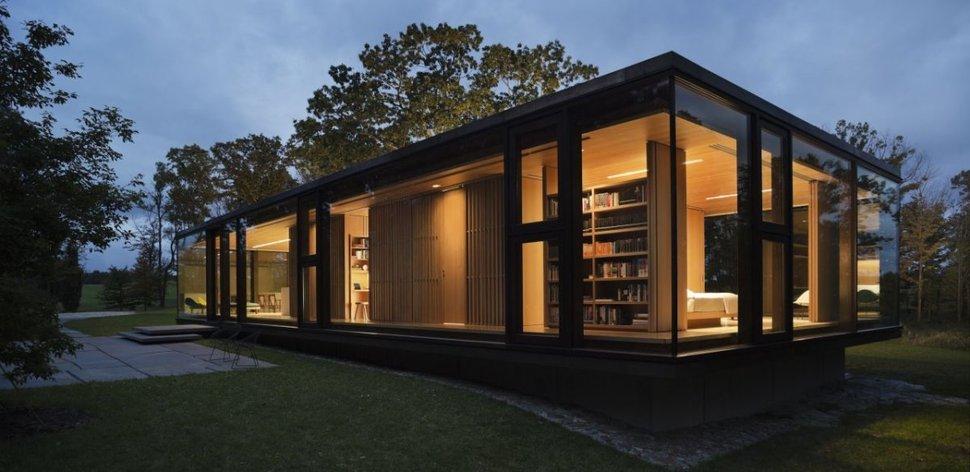 Rangka baja pada rumah liburan berdinding kaca di New York karya Desai / Chia Architecture (sumber : trendier.com)