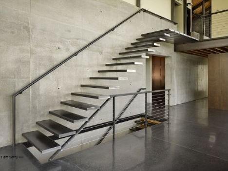 Kombinasi kekuatan dan bobot baja yang ringan memunculkan berbagai ide desain kantilever yang melawan gravitasi. Tangga minimalis seolah-olah keluar dari dinding beton. Kedua material baja dan beton menonjolkan karakter masing-masing secara jujur tanpa polesan. Bersatu menciptakan kejujuran desain yang indah.