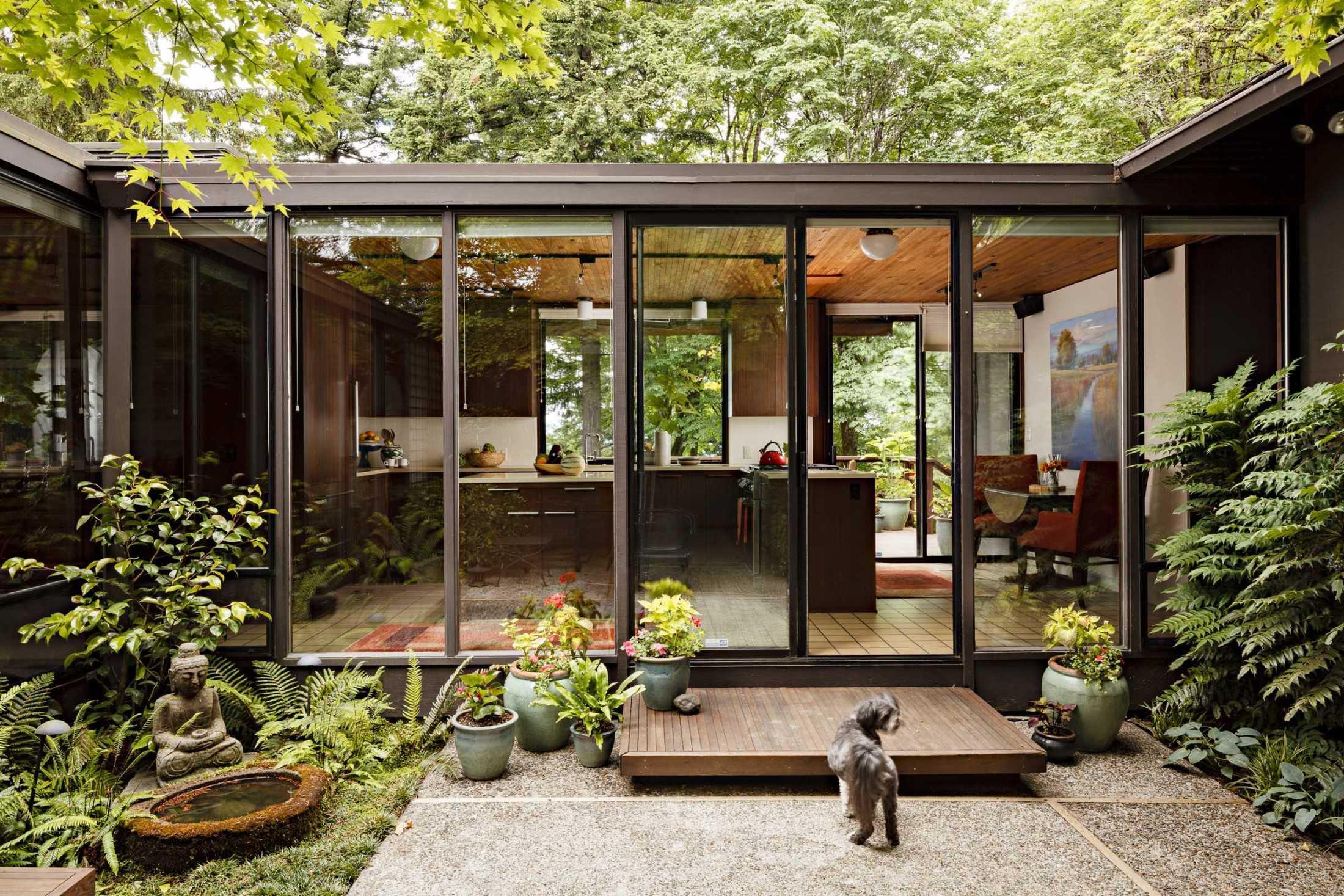 Kejelasan transisi eksterior dan interior pada rumah bergaya
