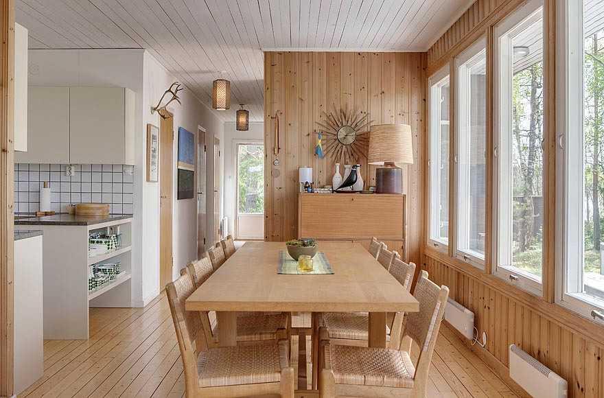 Dapur dan ruang makan bergaya mid-century modern di Swedia (sumber : smallhousebliss)
