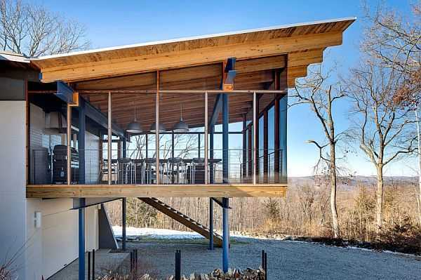 Jendela besar. Pintu geser kaca dan materi kaca lainnya memungkinkan cahaya natural dari luar masuk ke dalam rumah dari berbagai sudut.