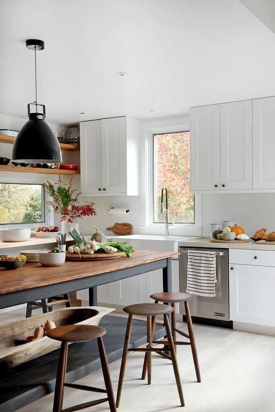 Dapur yang ramping. Dapur mid-century modern dipenuhi dengan peralatan yang mencolok, mengkilap, dan warna-warna cerah. Dapur didesain untuk terlihat ramping dengan kesederhanaan.