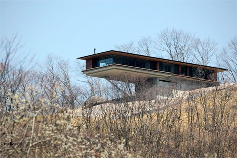 Kantilever pada rumah ini dimaksudkan untuk memaksimalkan view dari alam sekitarnya. Area hunian seperti kotak kaca yang dijepit lapisan kayu.