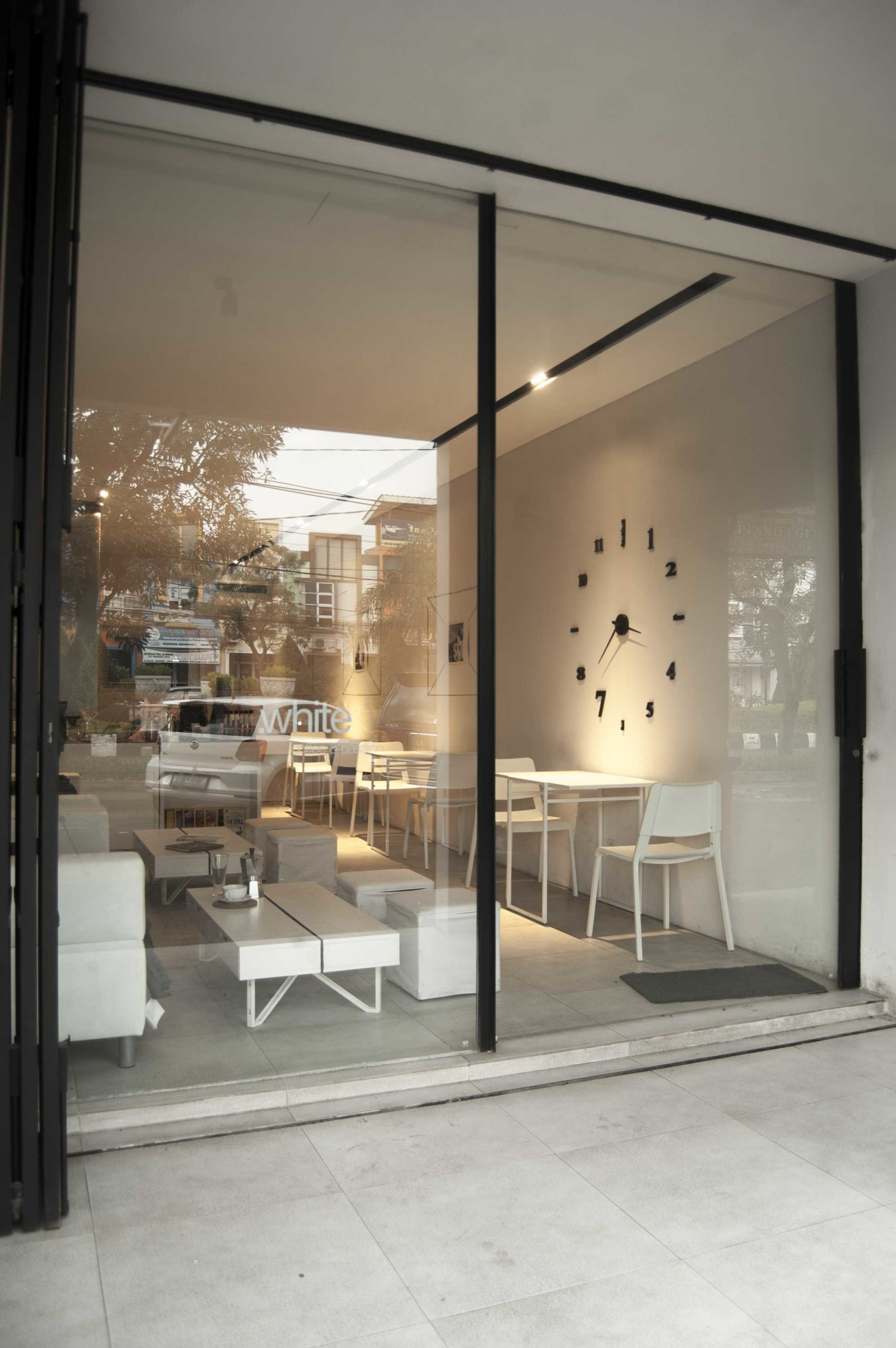 Seperti namanya, café ini memang mengandalkan warna putih yang dominan untuk memberikan kenyamanan kepada para pengunjungnya. Desain minimalis ini akan menemani kunjungan Anda sembari menikmati aneka sajian makanan Italia dan beragam pilihan minuman.