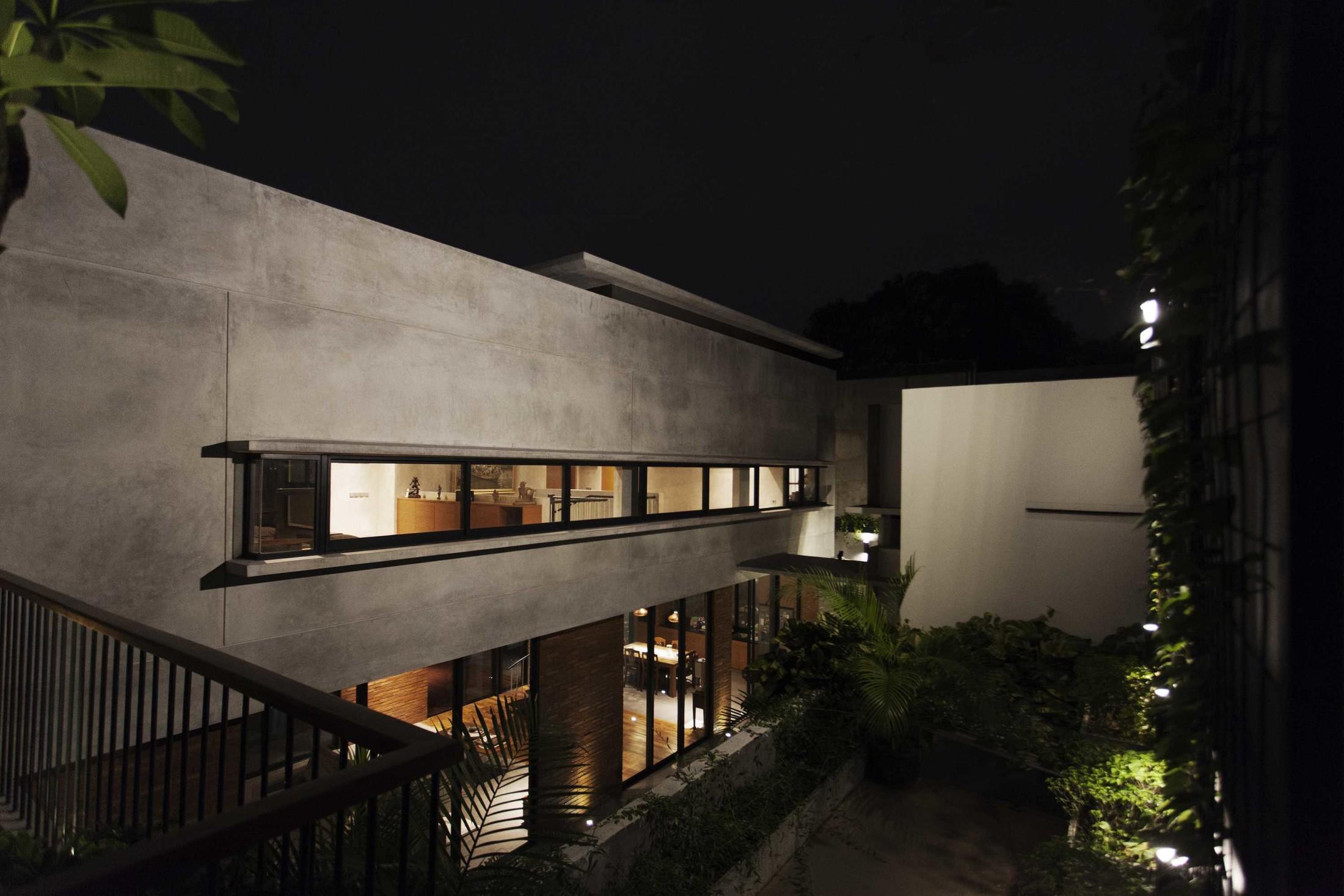 Garis horizontal dan vertikal dipertegas kusen jendela dan garis fasade massa bangunan (Sumber: arsitag.com)