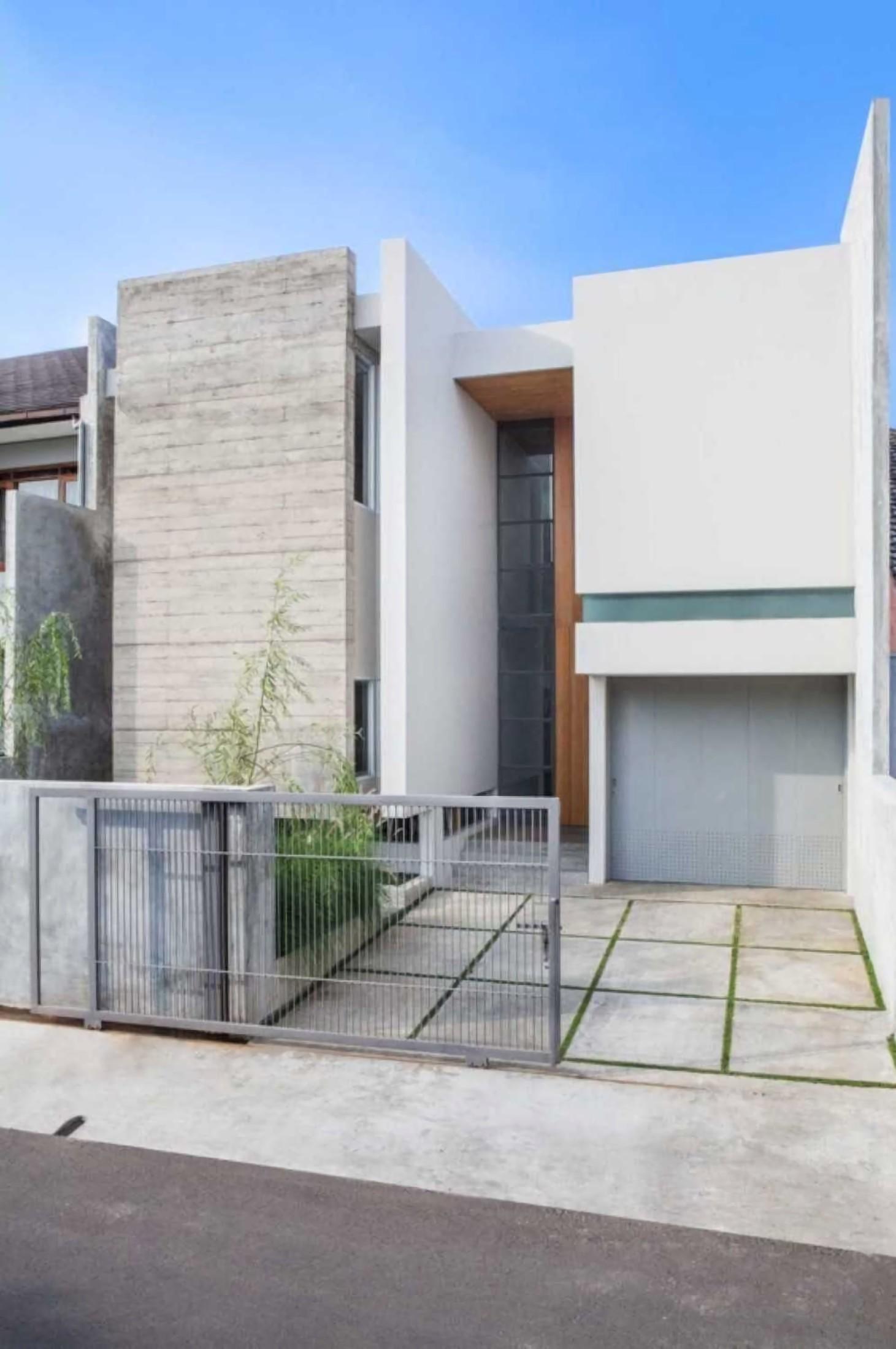 Januar Senjaya & Filani Limansyah dari ADDO Architecture memanfaatkan bentuk-bentuk lempengan balok untuk mengarahkan cahaya matahari yang masuk ke dalam ruang. Lempengan balok yang tinggi mendominasi tampak depan rumah, menampilkan arsitektur minimalis yang fungsional, sekaligus tampil elegan dengan bentuk geometris yang sederhana.