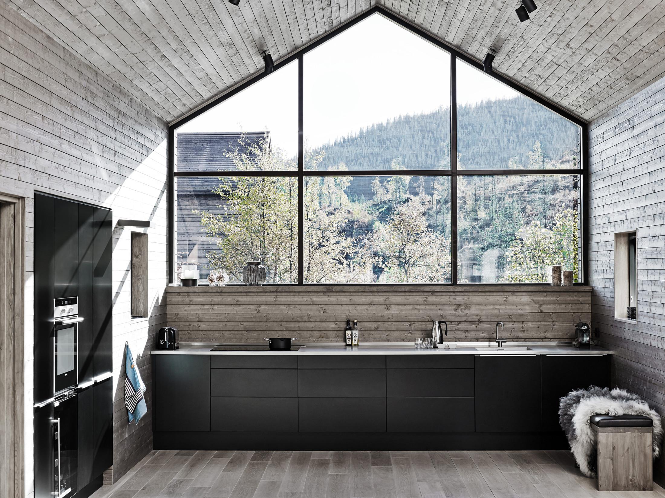 Dapur dengan perpaduan gaya rustic dan kontemporer (Sumber: tvis.com)