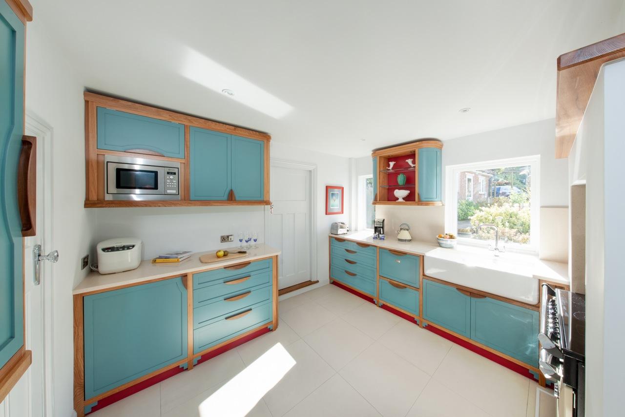 Dapur dengan bentuk ruang yang tidak biasa (Sumber: selectamaker.com)