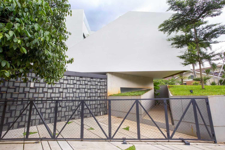 Eksterior Breathing House dengan area carport yang unik (Sumber: arsitag.com)
