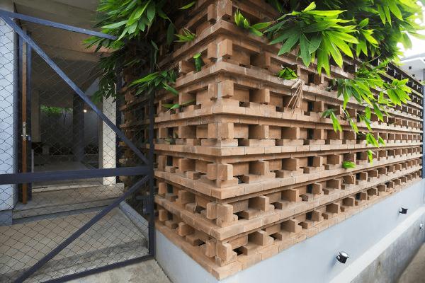 Susunan batu bata yang menyerupai puzzle selain kuat dan unik, juga mewakili konsep arsitektur yang berbeda dari lainnya. Mari kita intip lebih dalam lagi!