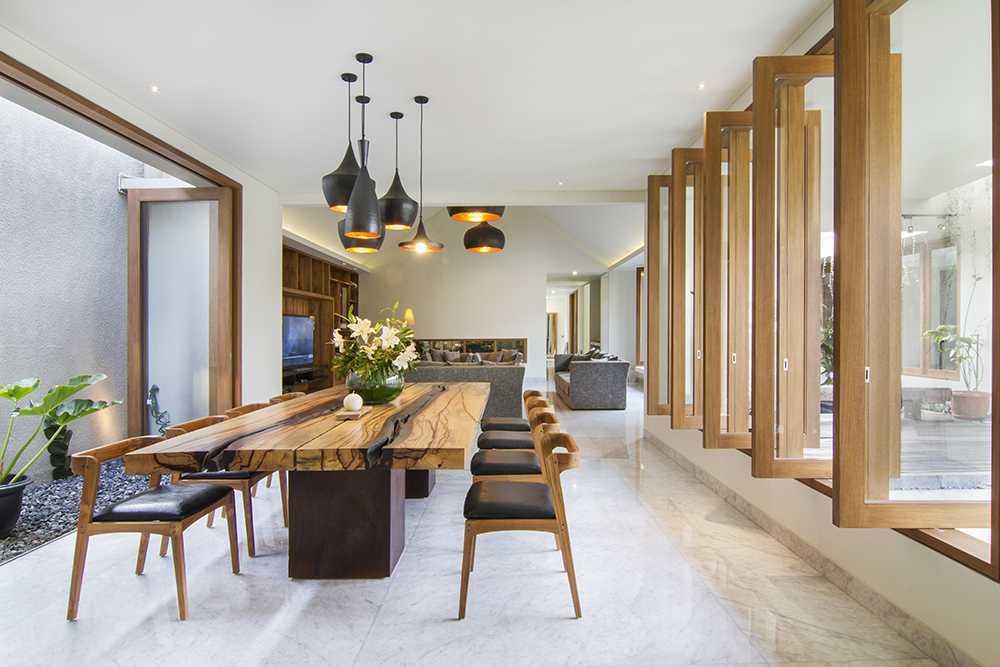 Pencahayaan ruang makan rumah karya Erwin Kusuma (Sumber: arsitag.com)