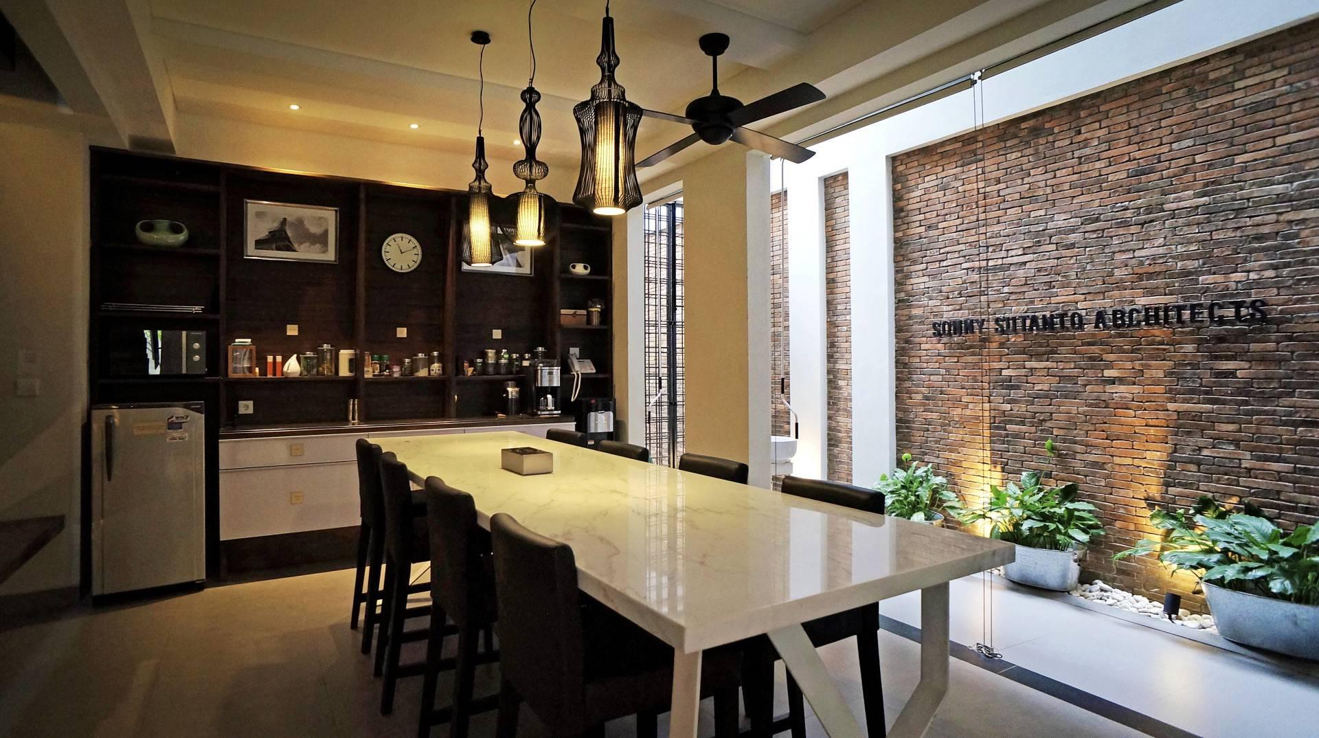 Ruang makan yang nyaman didukung pencahayaan alami dan buatan (Sumber: arsitag.com)