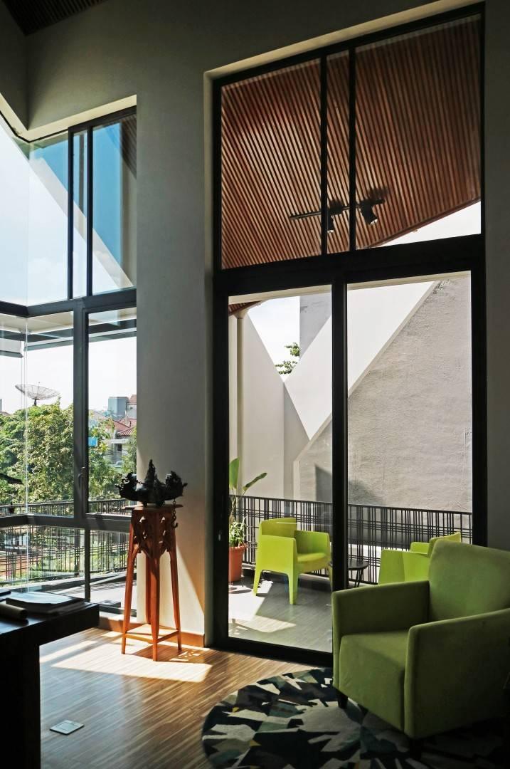 Selain ruang makan, balkon yang dilengkapi sofa mungil dapat menjadi pilihan tempat beristirahat dan duduk berpikir mencari ide baru. Kayu sebagai bahan konvensional berpadu dengan aluminium, kaca, dan beton sebagai bahan modern, menjadi perlambang begitu banyaknya bahan yang dapat diaplikasikan dalam sebuah karya arsitektur, ketidakterbatasan ide, serta menyatukan bahan konvensional dan bahan modern. Dekorasi dari seni tradisional dan plafon serta lantai kayu berpadu dengan karpet, sofa, dan desain lampu sorot, menjadi perlambang karya arsitektur yang tak lekang oleh waktu.