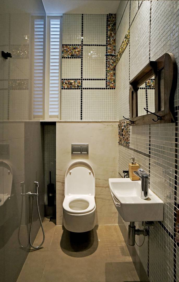 Bersatunya berbagai bahan dan gaya arsitektur tradisional dan kekinian juga diterapkan dalam desain toilet. Dinding mozaik dan cermin tradisional berpadu dengan kloset dan wastafel kekinian.