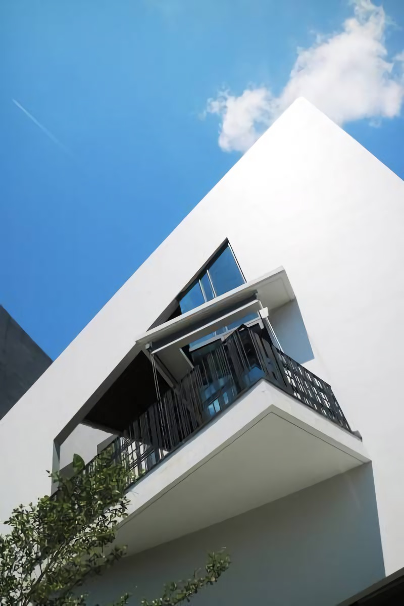 Di bagian muka bangunan, point of interest ditampilkan balkon berbentuk segitiga. Bagian bangunan yang bersebelahan dengan tetangga dilapisi beberapa lapis dinding dengan bentuk geometris yang jelas, untuk menghindari pemandangan yang tidak diinginkan.