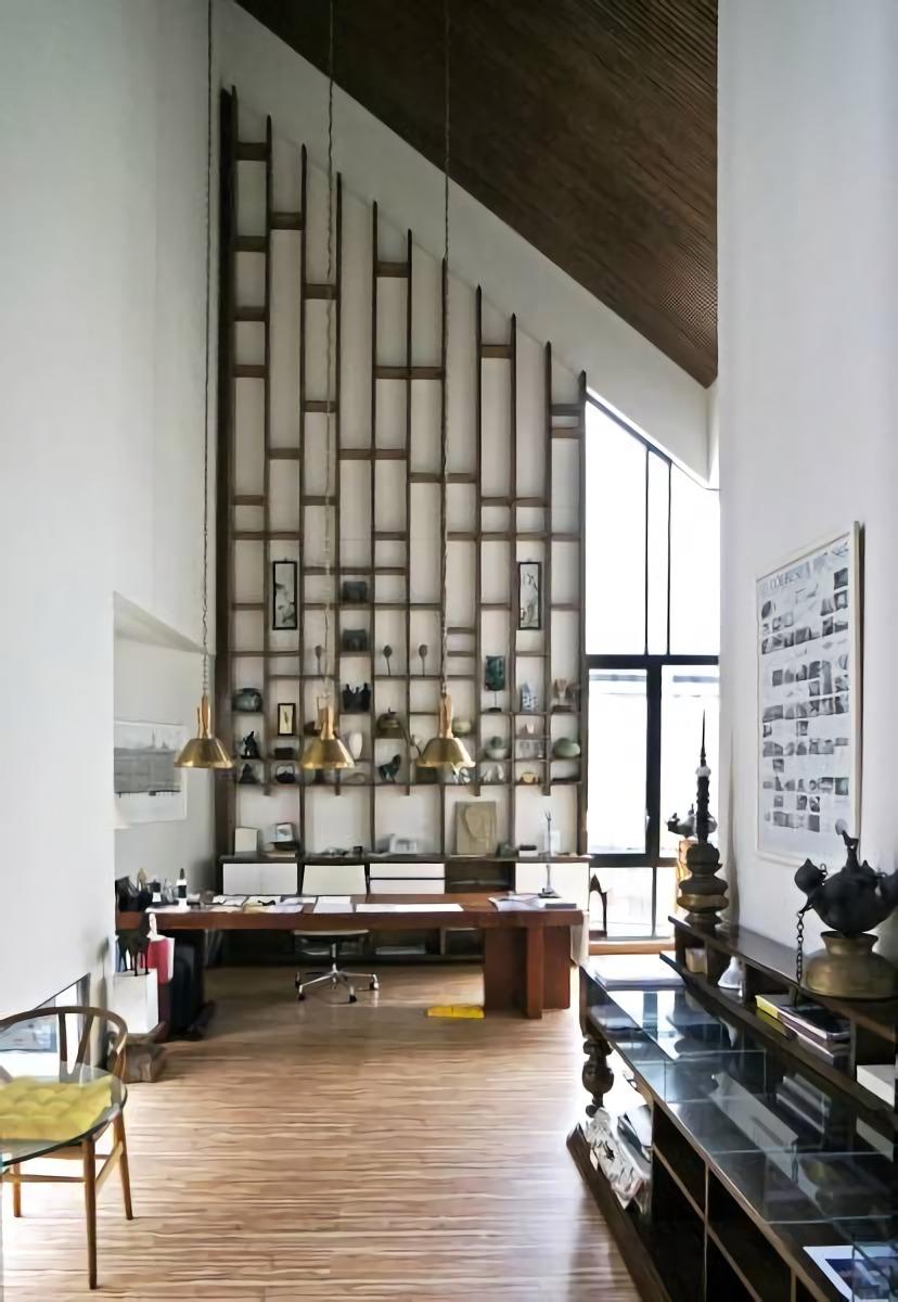 Lantai dua diperuntukkan sebagai ruang kerja khusus untuk para arsitek dan pimpinan, dengan ruang administrasi, sebuah galeri, dan sebuah perpustakaan yang mendukung pekerjaan dan pencarian ide kreatif. Semua ruang ini mengelilingi tangga utama untuk menciptakan aliran ruang yang terus-menerus. Pencahayaan alami yang menembus ruang melalui susunan jendela berbentuk trapesium dan persegi panjang diposisikan untuk menerangi ruang, namun tidak menyilaukan.