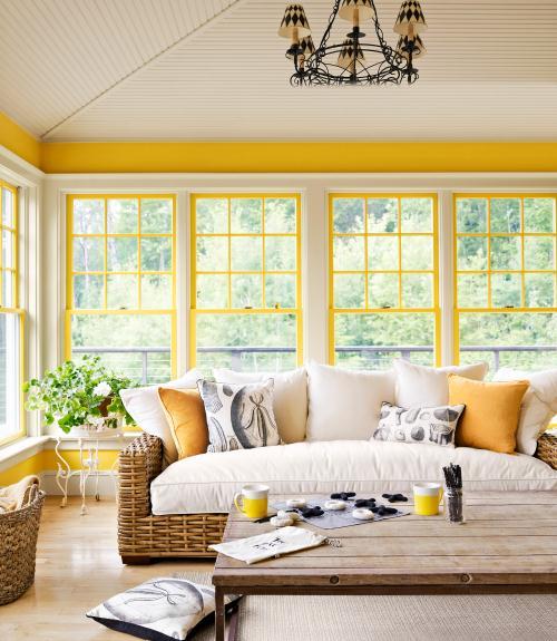 Tidak ada warna kuning yang mustahil untuk digunakan, tetapi pilihlah dengan hati-hati. Jika Anda mengecat dinding berwarna kuning, ujilah bayangan dan lihatlah sepanjang hari untuk melihat bagaimana perubahan dalam berbagai jenis cahaya alami dan dengan lampu yang berbeda.