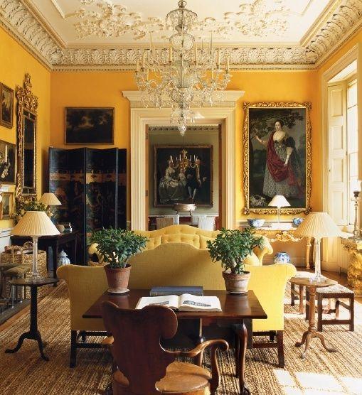 Kuning bisa jadi rumit karena jika terlalu pucat dan ruangan itu dalam gelap atau bersuhu dingin, warnanya akan terlihat suram daripada ceria atau menenangkan. Di Inggris, di mana cuaca bisa menjemukan, kamar-kamar zaman dulu dicat dengan warna kuning cerah. Ruang tamu kuning ternama gaya Nancy Lancaster mungkin adalah contoh paling populer dari kamar kuning yang mencolok.