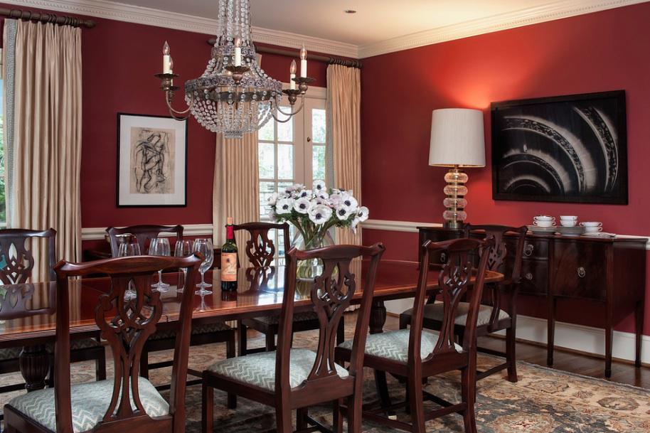 Ruang Makan Warna Merah dengan Sentuhan Klasik