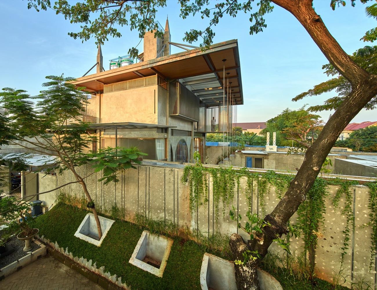 Tembok beton berhiaskan juntaian lee kuan yew melindungi bangunan di dalamnya (Sumber: archdaily)