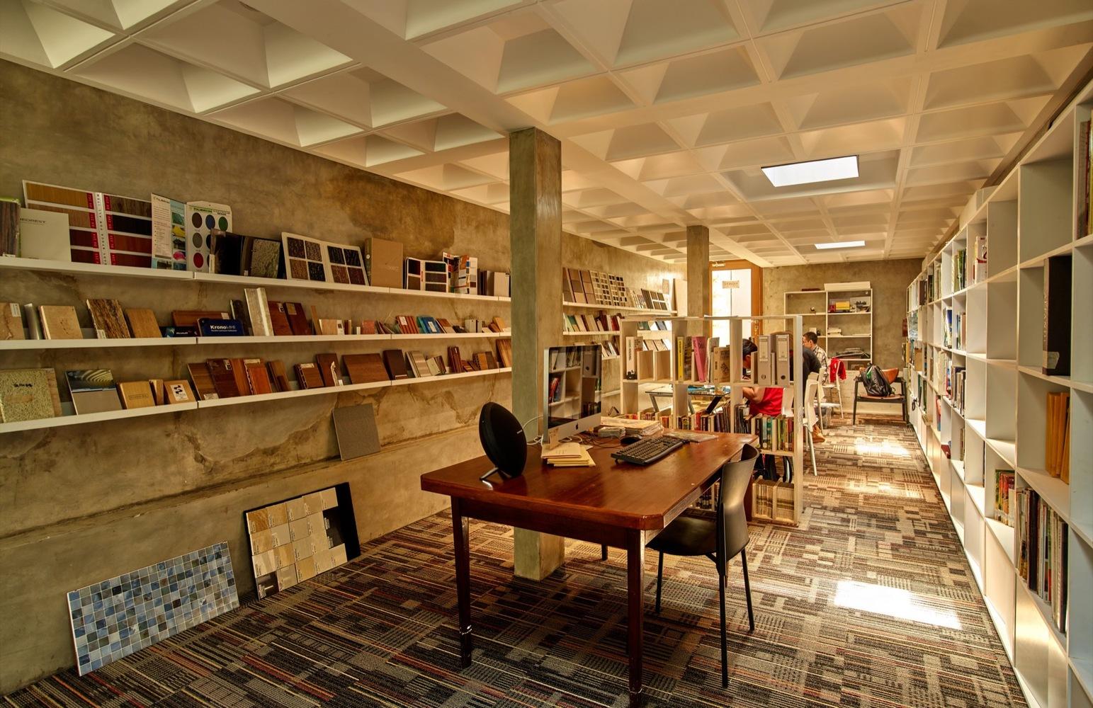 Desain Omah menjaga kondisi koleksi buku di dalamnya (Sumber: archdaily)