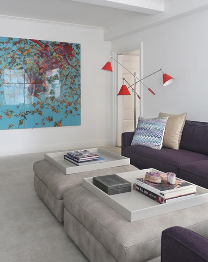 Kontras dengan dinding warna pucat dan furnitur kayu antik, standing lamp yang adjustable ini didesain penuh warna.