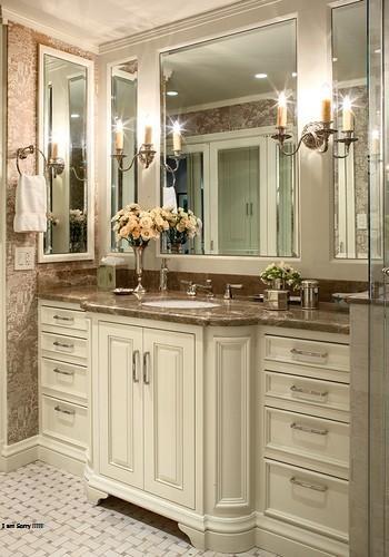 Lampu lilin sconce (lampu dinding) dari besi tempa memberikan nuansa kuno pada kamar mandi ini.