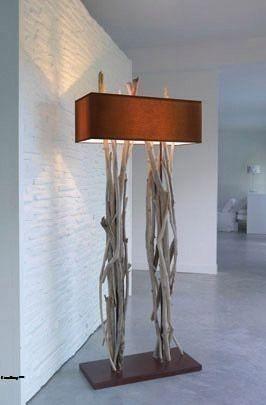 Floor lamp yang menarik ini adalah persilangan antara elemen dekoratif dan fixture lampu.