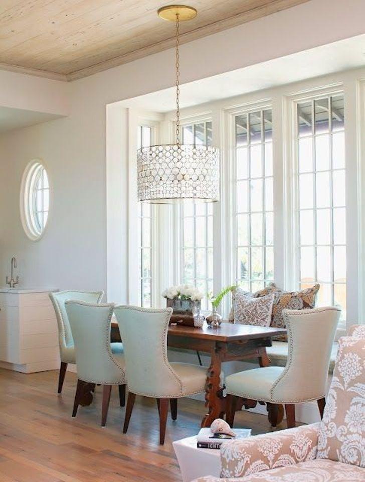 Fixture lampu gantung dari logam yang didesain rumit ini menjadi titik fokus yang eye-catching di ruangan ini.