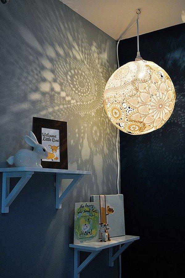 Lampu ini menggunakan pola-pola lace yang rumit dan memukau.