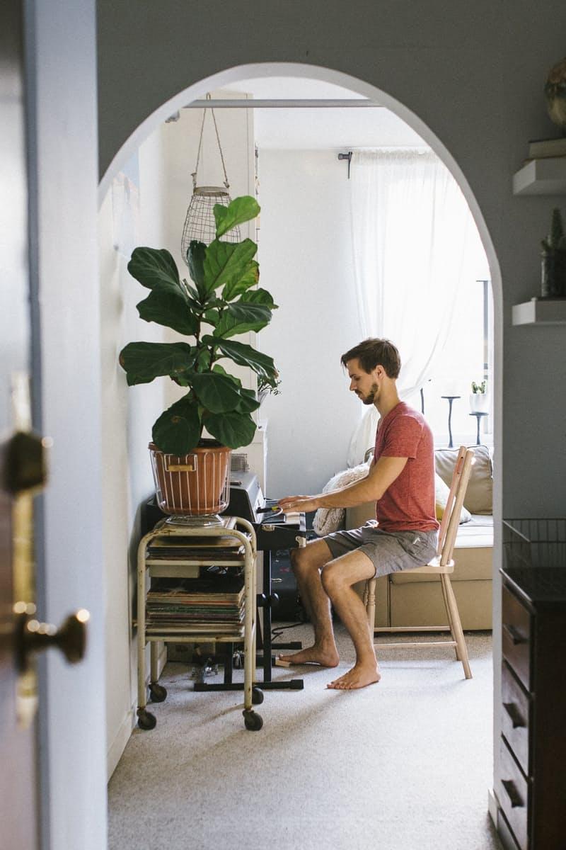 Ini mungkin sedikit mengejutkan, tetapi pria sama sekali tidak alergi terhadap bunga-bunga dan tanaman pada umumnya. Ketika bisa, para pria akan selalu senang untuk melihat warna hijau tumbuhan di dalam ruangannya yang memberikan ketenangan tersendiri.