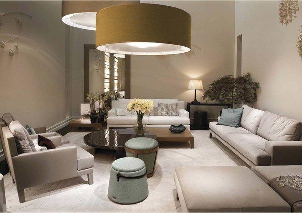 Pria senang membuat statement dan ukuran perabotan yang besar membuat sebuah ruangan memiliki sebuah statement yang kuat. Statement gambar di atas ditunjukkan oleh tudung lampu yang oversize.