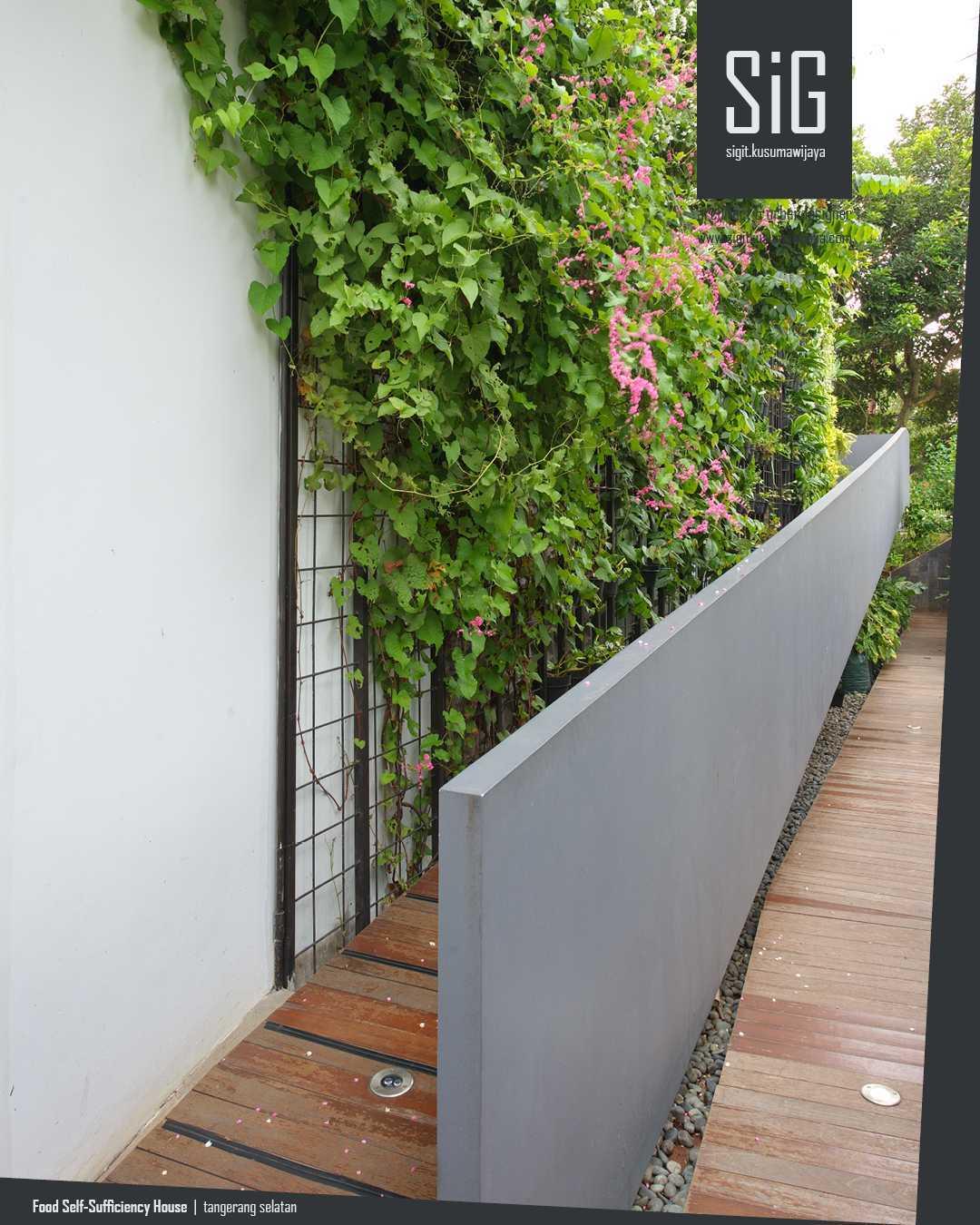 Ramp mempermudah akses dari lantai dasar langsung menuju rooftop-farming, agar tidak perlu melewati ruang di dalam rumah dan tidak mengotori bagian interior rumah.