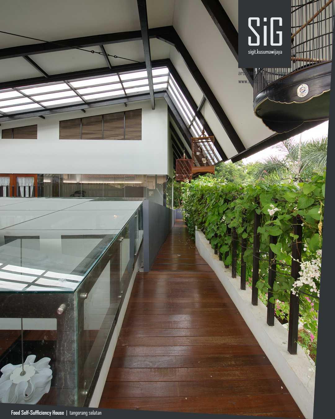 Konsep Urban Farming berarti juga menerapkan prinsip hemat energi dan peduli lingkungan. Penghematan energi dapat diwujudkan dengan memanfaatkan ventilasi silang untuk mengalirkan udara sekaligus akses pencahayaan alami. Rumah Kebun Mandiri Pangan tidak menempel dengan rumah tetangganya agar udara mudah mengalir. Selain itu, banyaknya void, dimensi bukaan yang lebar, dan adanya pemisahan antar dua massa bangunan, mempermudah terbentuknya ventilasi silang.