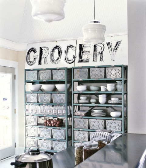 Tidak punya cukup ruang untuk peralatan dapur? Buatlah rak yang tinggi sebagai tempat penyimpanan. Usahakan rak memiliki pertukaran udara yang baik dan bisa ditutup untuk melindungi peralatan dapur yang jarang dipakai.