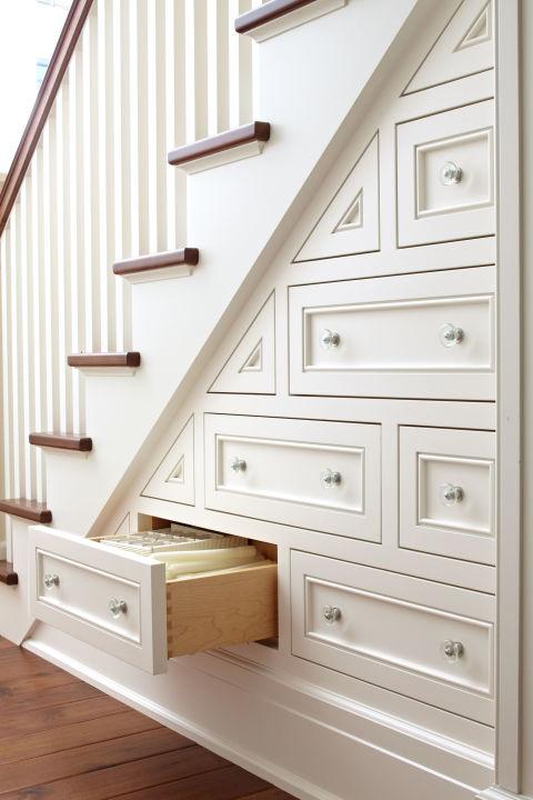 Kalau Anda pernah menonton film Harry Potter, Anda bisa menggunakan ide membuat ruangan di bawah tangga. Bedanya, sebaiknya gunakan ruangan itu untuk menyimpan berbagai buku atau mainan anak agar tidak berantakan dan tidak memakan banyak ruang.