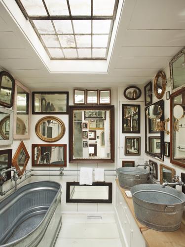 Meski kedengaran seperti orang yang narsis, tetapi meletakkan banyak cermin di dinding akan memberikan kesan luas. Bayangan yang memantul pada cermin akan membuat seolah-olah rumah atau ruangan Anda 2 kali lebih besar.