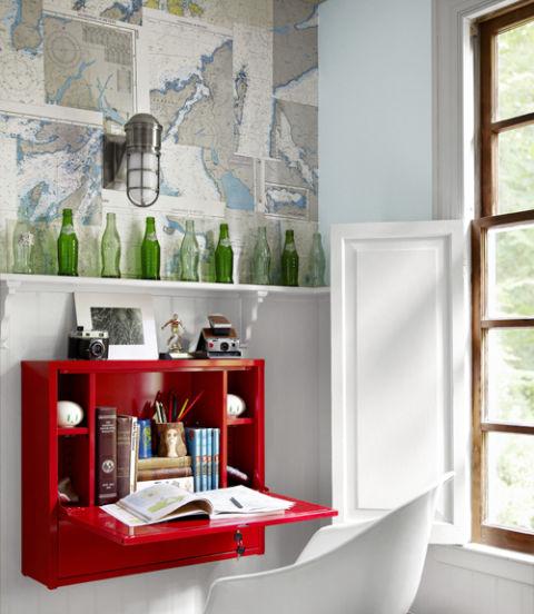 Dinding tidak hanya bisa berfungsi sebagai pembatas. Anda bisa membuat dinding berguna seperti meletakkan koleksiaction figure, vas bunga, atau menempelkan meja baca seperti gambar di atas.