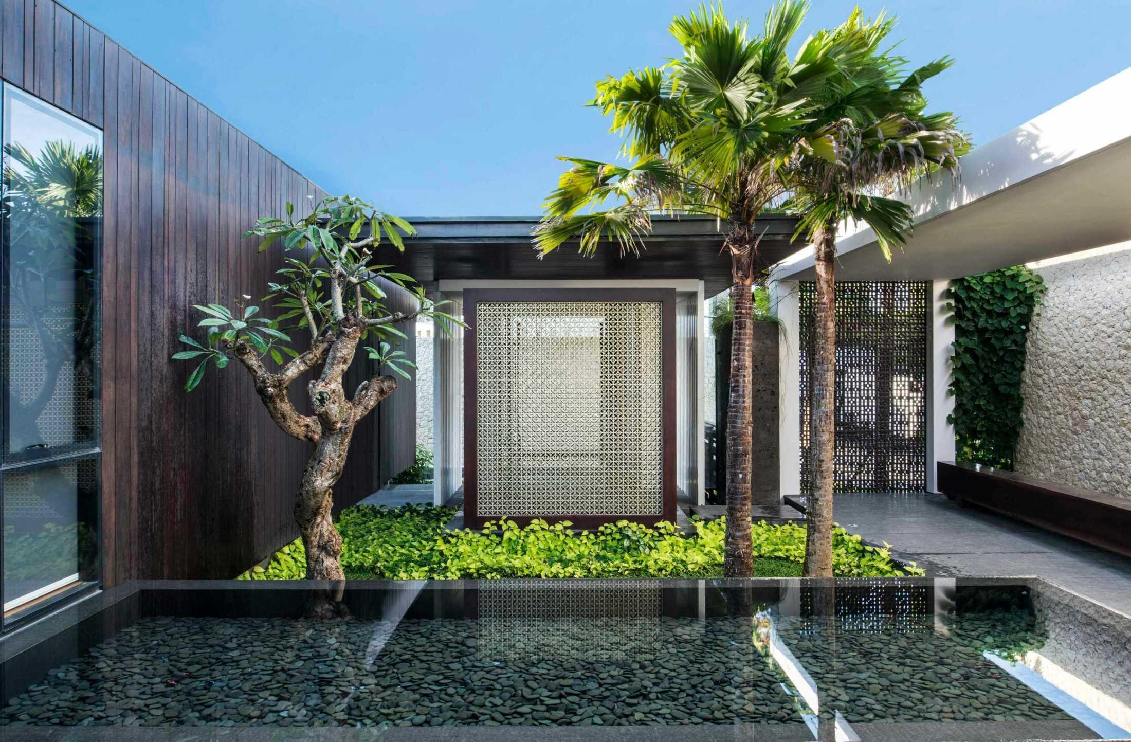 Pekarangan dan kolam, adaptasi unsur magis tradisional dalam bentuk taman tropis kontemporer (Sumber: arsitag.com)