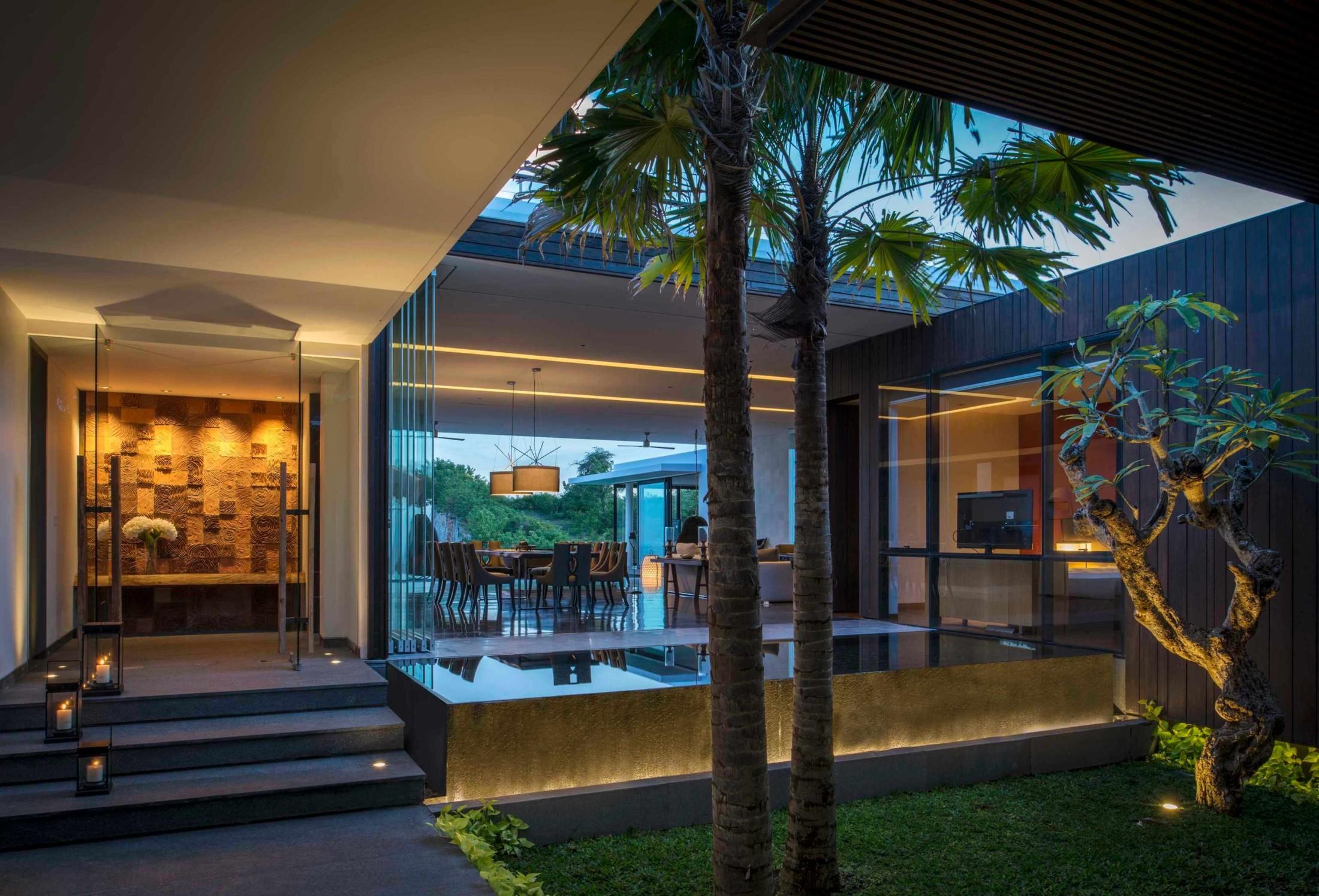 2. Interior Tropis Kontemporer dengan Ruang Terbuka yang Menyatu dengan Alam
