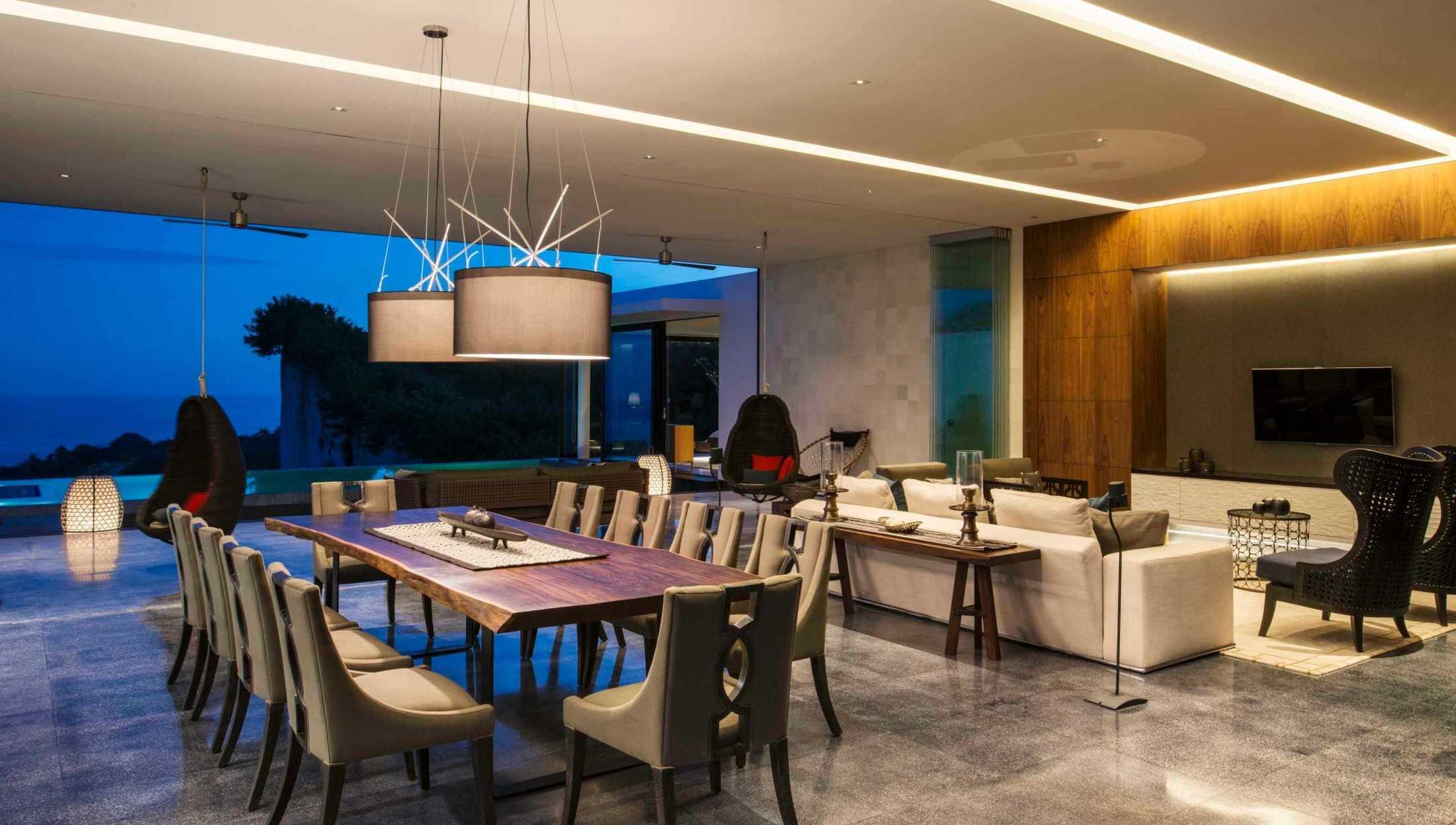 Open-plan ruang keluarga, ruang makan, dan dapur disuguhi keindahan Samudera Indonesia (Sumber: arsitag.com)