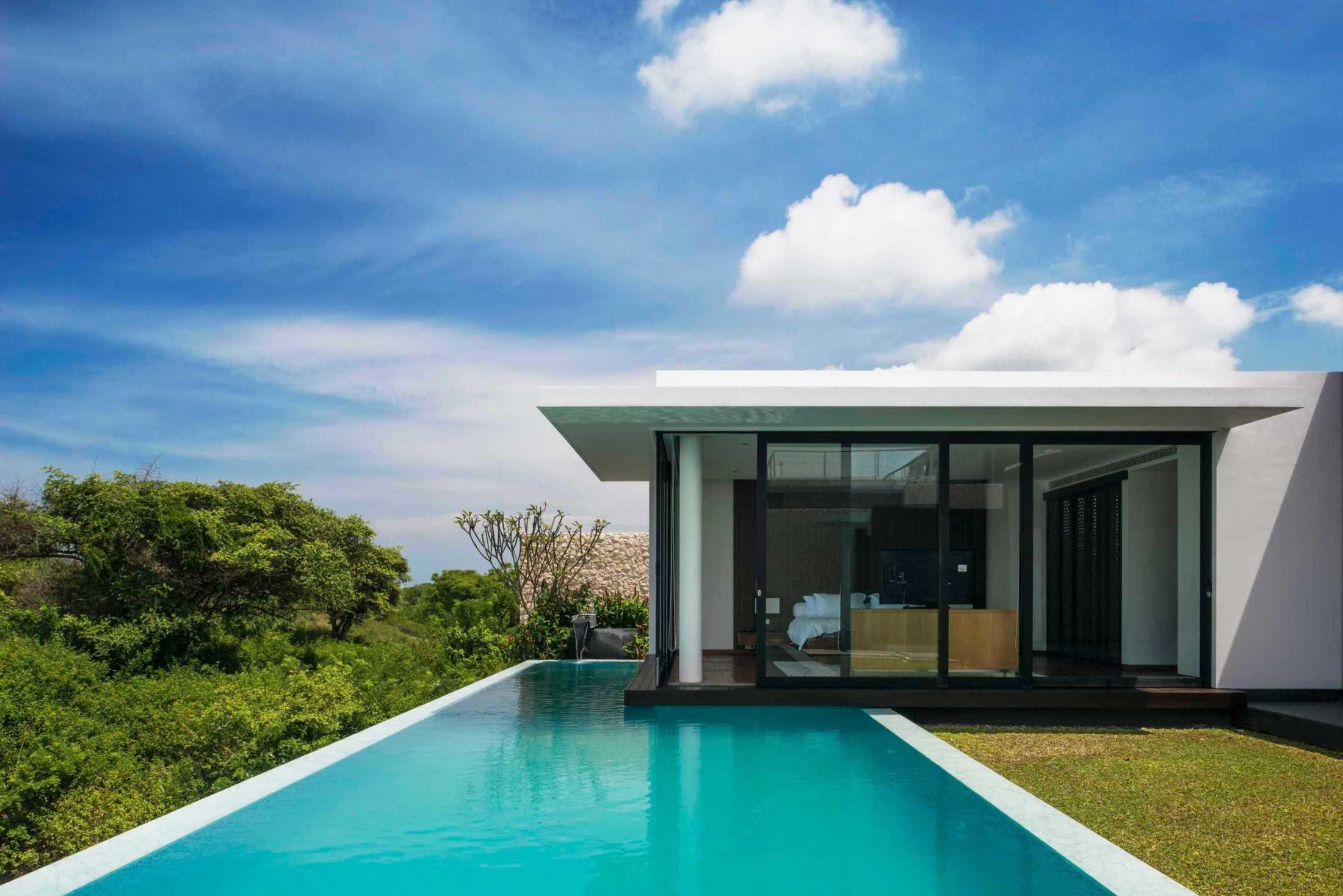 Kamar tidur melayang di atas kolam renang dengan akses langsung ke kolam dan pekarangan (Sumber: arsitag.com)