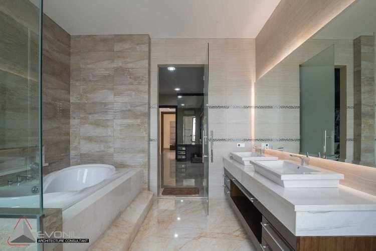 Ruang kontemporer memiliki estetika minimalis. Dalam kamar mandi ini, semua perlengkapan kamar mandi seperti lotion, sikat, sabun, dan sebagainya memiliki ruang tersendiri dan tersimpan rapi. Itu sebabnya kamar mandi ini terlihat apik dan bersih.