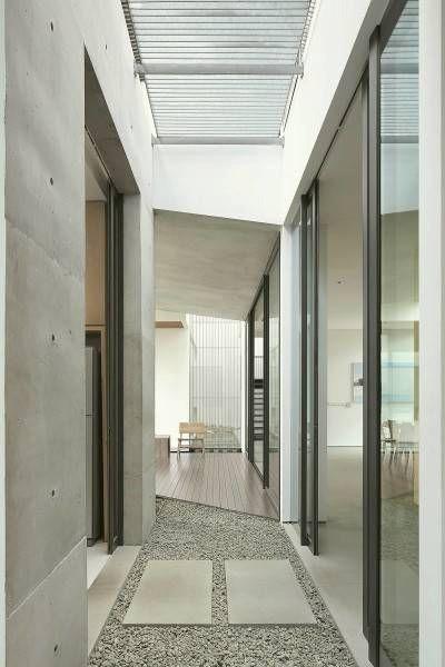 Alumunium grating bisa menjadi elemen interior yang indah. Menyeimbangkan kebutuhan ruang yang terbatas untuk sirkulasi ruang dengan tetap memberikan kemudahan bagi pencahayaan untuk lantai di bawahnya.