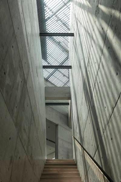 Lempengan alumunium dengan bukaan yang digantung sebagai langit-langit, membuat ruang terasa lebih luas namun tetap nyaman untuk tinggi manusia.