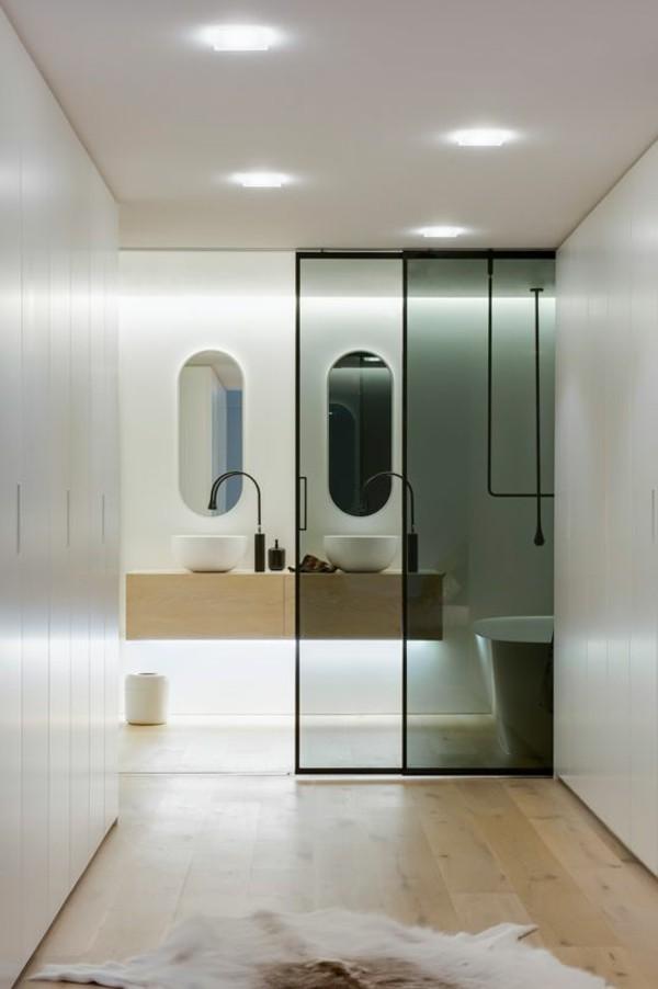 Ukuran kamar mandi yang memang sudah sempit tidak memungkinkan sirkulasi ruang secara fisik. Cerdiklah menyiasatinya dengan memanfaatkan dinding cermin agar kamar mandi terasa luas.