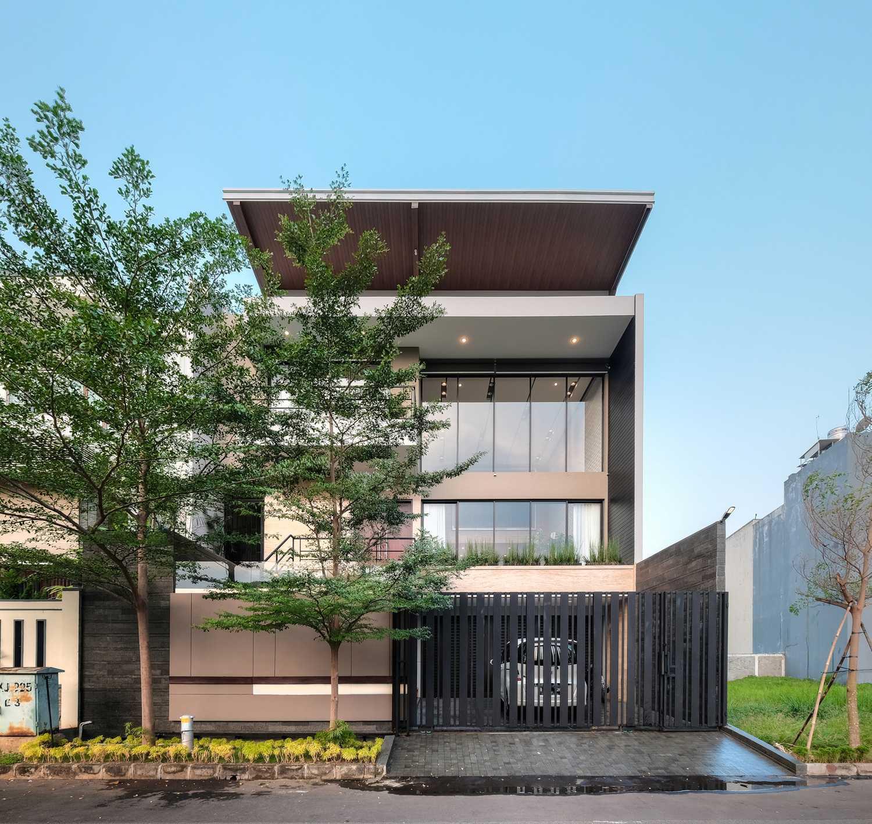 Eksterior R+E House dengan konsep urban minimalis modern (Sumber: arsitag.com)