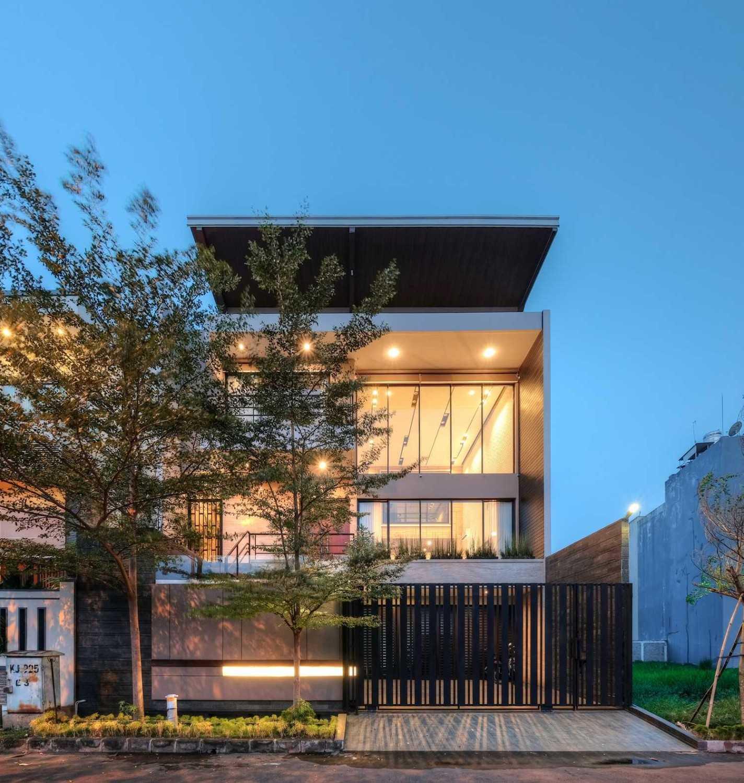 Eksterior R+E House di malam hari (Sumber: arsitag.com)
